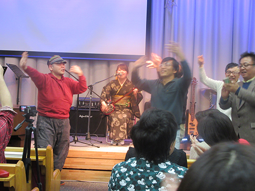 指宿さんの「六調」で盛大に盛り上がる礼拝堂