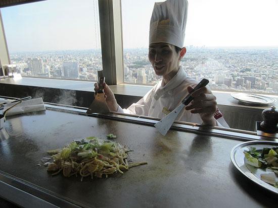 調理する小野さん